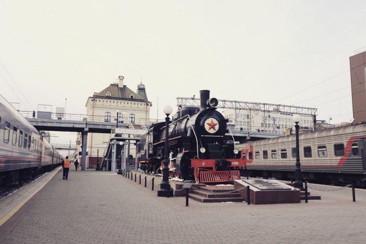 ウラジオストク駅の引退したSLとキロポスト