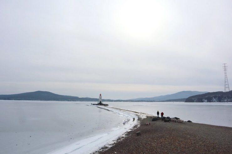 トカレフスキー灯台へ続く一本の砂浜