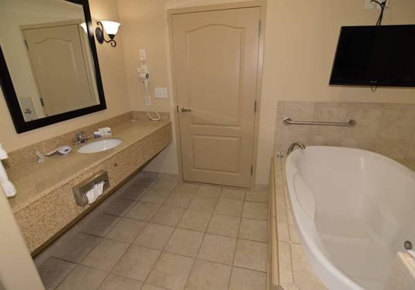 King Whirlpool Guest Bathroom