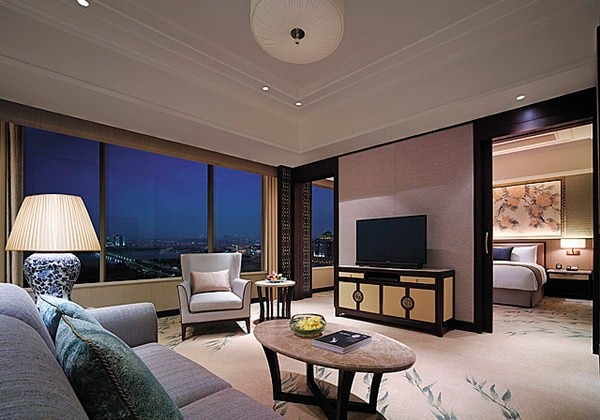 Executive Suite Lake View Room