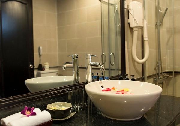 Grand DLX River View Bathroom