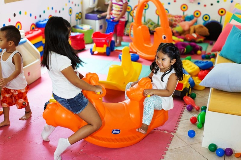 Play room:お子様専用のプレイルーム。絵本などもございます。