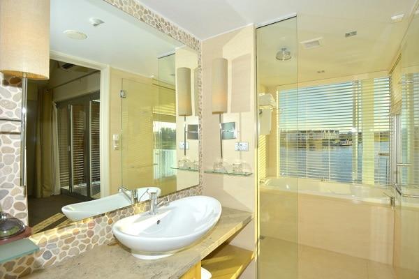 Lakeside Suite Bathroom