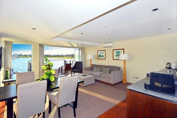 Lakefront Suite Lounge