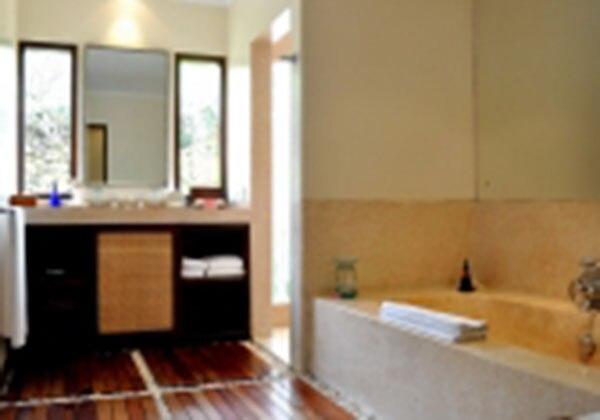 1 Bedroom Pool Bathroom