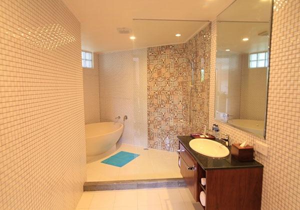Honeymoon Suite 1 Bathroom