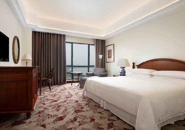 King Sheraton Club Lake View Guest Room-