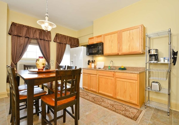 2 Room Suite 1 Bed with Full Kitchen
