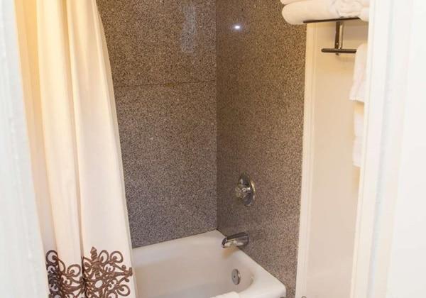3 Room Suite 2 beds Bathroom