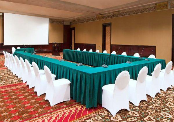 U-shape Clutter Free Meeting Set-up