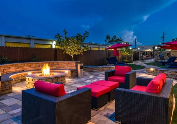Oudoor Lounge & Fire Pit
