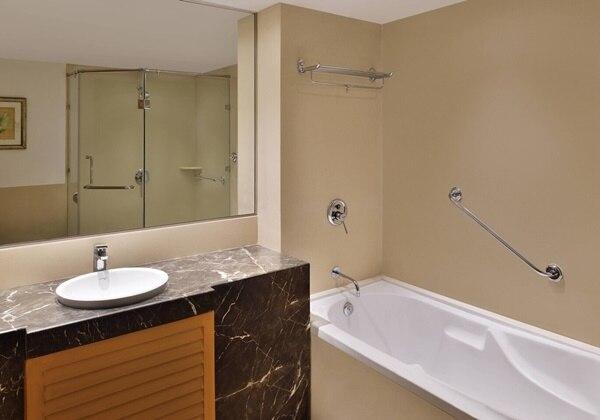 3-Bay Apartment Bathroom
