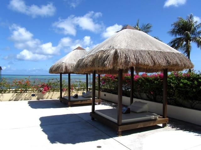 """プールサイド""""ガゼボ"""" 綺麗なビーチも眺められます。"""