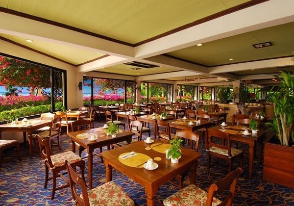火・金曜のシーフードビュッフェ、土曜のステーキナイトビュッフェが人気のコスタレス