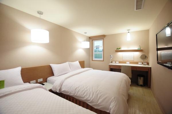 ビジネスルーム(ダブルベッド1台+シングルベッド一台)