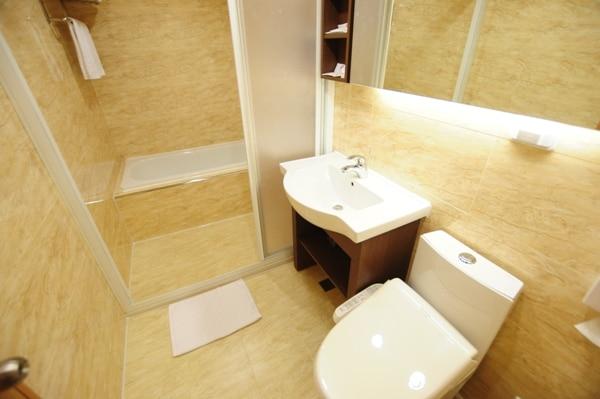 浴室-ビジネスルーム(ダブルベッド1台+シングルベッド一台)
